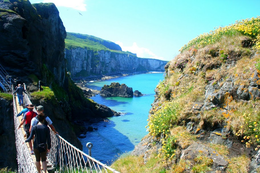 carrick-a-rede_bridge_hiking_northern_ireland
